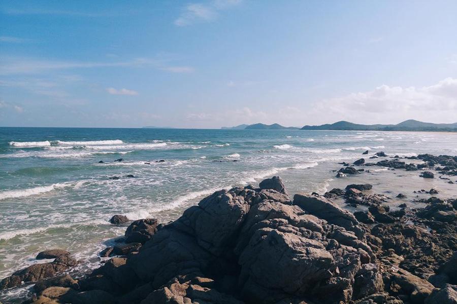 khám phá bãi biển Robinson Quan lạn